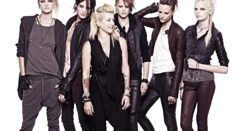 Trish Summerville z modelkami w ubraniach z kolekcji dla H&M.