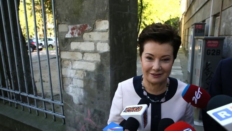 Mimo problemów, które obecnie przeżywa, prezydent Warszawy nie wydaje się przybita - wręcz przeciwnie: przy okazji inauguracji nowego roku szkolnego i tuż przed spotkaniem z dziennikarzami wyglądała tak dobrze, że trudno powstrzymać się od domysłów na temat tego, co robi z twarzą, że utrzymuje ją w TAKIEJ formie...