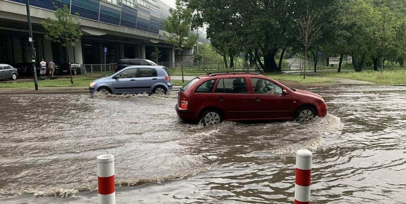 Polskie miasta nie zatrzymują deszczówki po ulewach. Dania ma na to sposoby