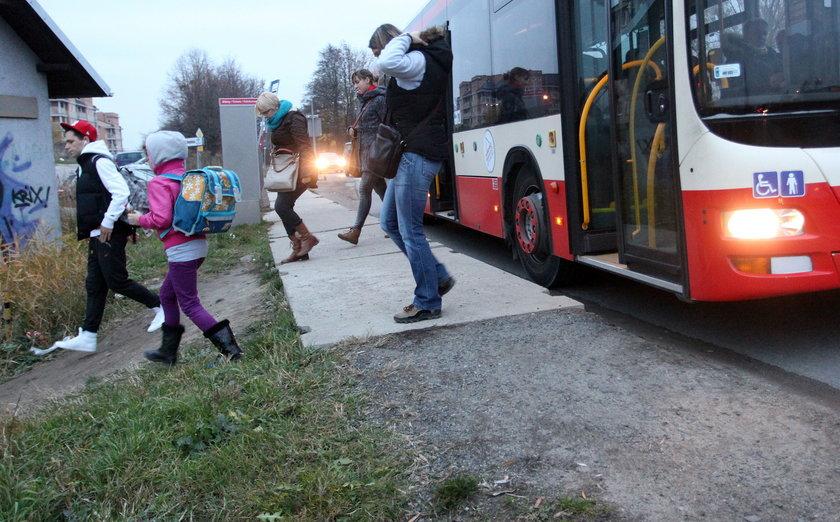 Ludzie wysiadają z autobusu