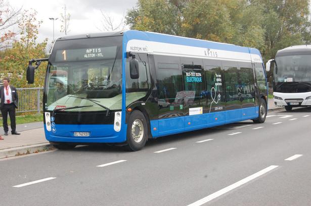Przede wszystkim widać presję na rozwijania technologii, które nie będą zatruwać środowiska. Miasta wkrótce masowo będą kupować autobusy elektryczne. Za trzy lata w Europie ma być ich przynajmniej 3,5 tys. Widać też ciekawą tendencję w projektowaniu autobusów. Coraz częściej przypominają one tramwaje: są wydłużane o trzeci człon, albo ich wnętrze jest tak projektowane, by przestronnością przypominały właśnie tramwaje. Oto niektóre nowości autobusowe pokazane na targach.
