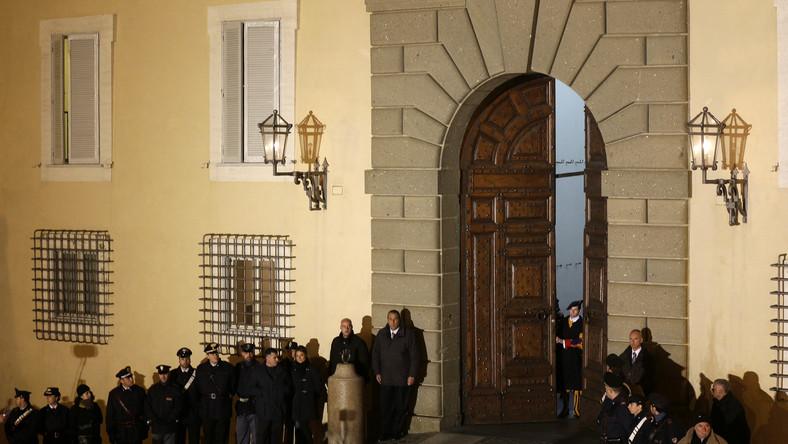 Punktualnie o 20 szwajcarska gwardia zamknęła drzwi do rezydencji
