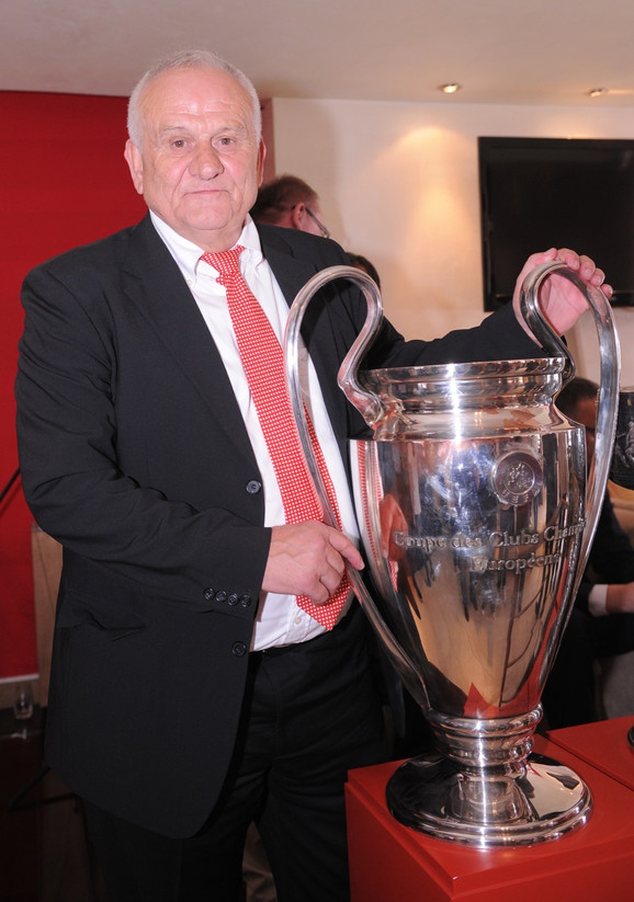 Ljupko Petrović sa peharom namenjenim klupskom prvaku Evrope