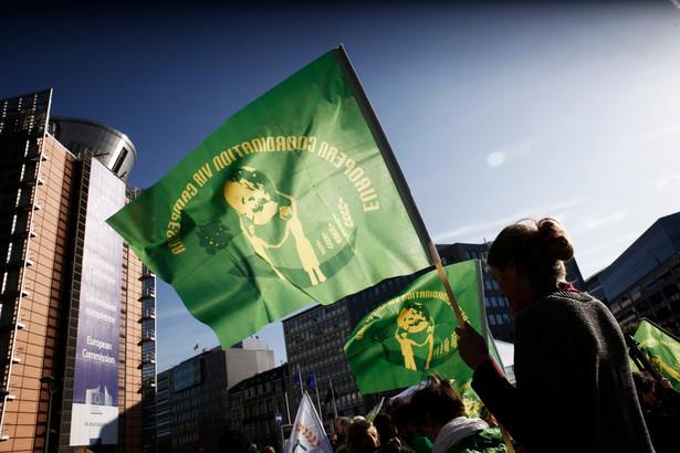 Mercosur-UE; aktywiści protestują w obronie rolników i środowiska