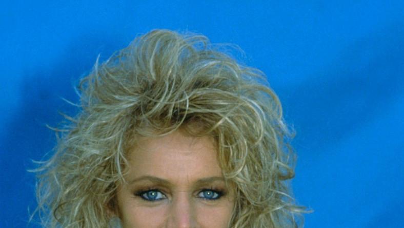 """Przychylność słuchaczy i krytyków zdobył już debiutancki album Bonnie Tyler –""""The World Starts Tonight"""". Jednak w 1977 roku zdarzyło się jednak coś, co mogło przekreślić jej karierę – na strunach głosowych artystki zdiagnozowano guzki, wymagające operacji. Aby proces rekonwalescencji przebiegł bez powikłań, Tyler miała zakaz mówienia przez 6 tygodni. Pewnego dnia przygnębiona artystka nagle krzyknęła, co trwale uszkodziło jej głos. Bonnie była pewna, że na własne życzenie zrujnowała dopiero co rozpoczynającą się karierę. Jak bardzo się myliła, uzmysłowiła sobie po wydaniu singla """"It's a Heartache"""". Publiczność pokochała jej mocny, lekko zachrypnięty, chwilami zgrzytający głos"""