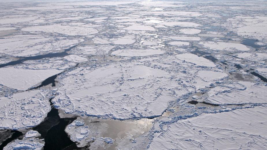 Pod dziećmi załamał się lód. Nie żyje 40-latek, który pomagał im się wydostać