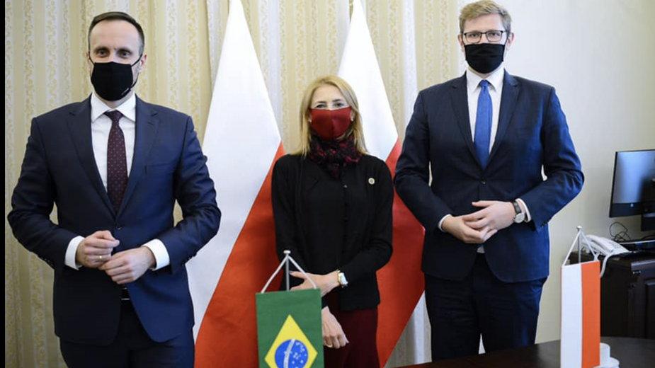 Ziobryści Janusz Kowalski i Michał Woś podczas spotkania z brazylijską minister rodziny w Ministerstwie Sprawiedliwości