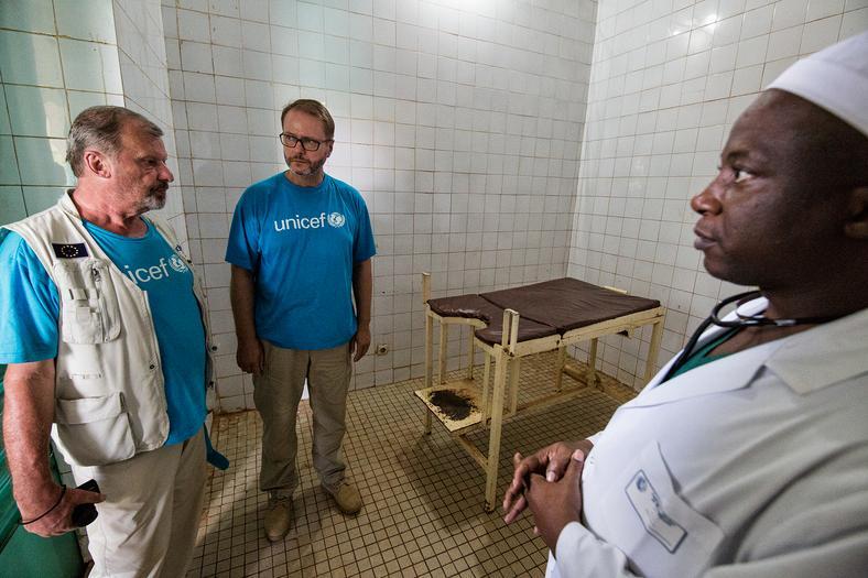 Artur Żmijewski i Marek Krupiński, szef polskiego UNICEF-u, w jednym z malijskich szpitali, fot. Marcin Suder