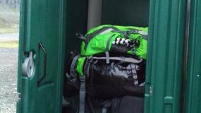 Turyści urządzili sobie przechowalnie bagażu w... przenośnej toalecie