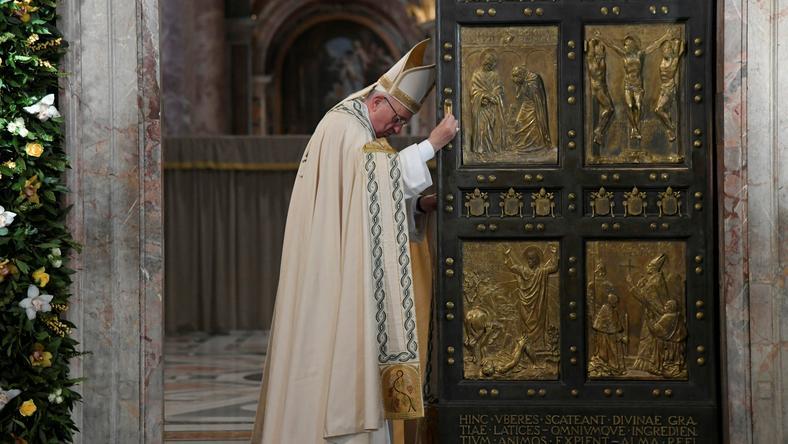 Papież Franciszek zamyka drzwi święte