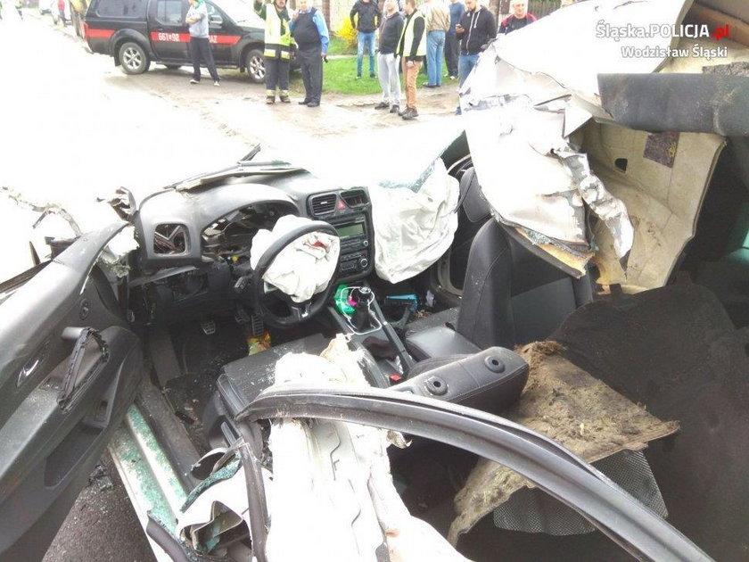 Volkswagen uderzył w koparkę. Z auta została miazga!