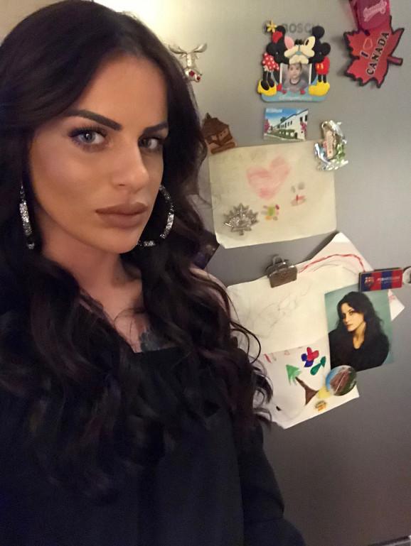 Ćerka Dina sa fotografijom majke na zidu