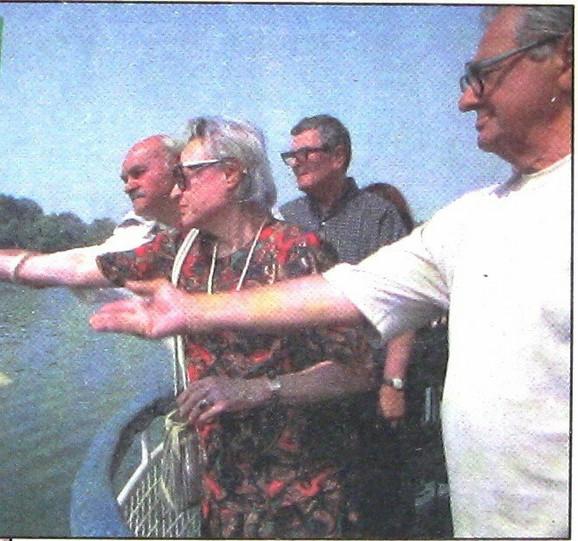 Preživeli putnici – glumica Alenka Rančić, Mihailo Grkinić, Ljubomir Todorović i Momčilo Ilić bacaju venac u Dunav na komemoraciji 2002. godine