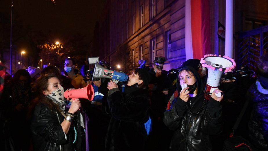 Demonstranci przed MEN