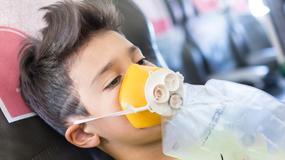 Dlaczego, gdy w samolocie zmieni się ciśnienie, maskę należy założyć najpierw sobie, a nie dziecku?