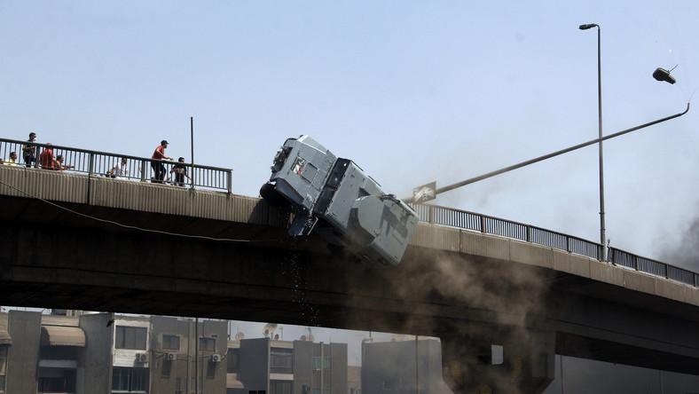 Tragedia rozegrała się na estakadzie prowadzącego przez Nil Mostu 6 Października w dzielnicy Nasr w Kairze