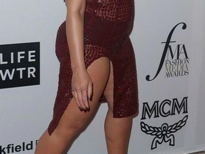 Providna haljina istakla baš SVAKU MANU na njenom telu: Na najbitnijem modnom događaju pojavila se OVAKO OBUČENA