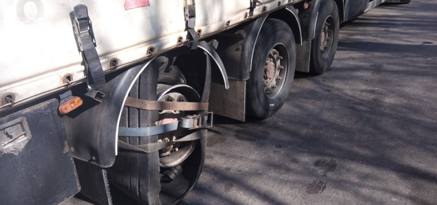 Pomysłowy i... niebezpieczny kierowca ciężarówki na drodze. Funkcjonariusze przecierali oczy ze zdumienia