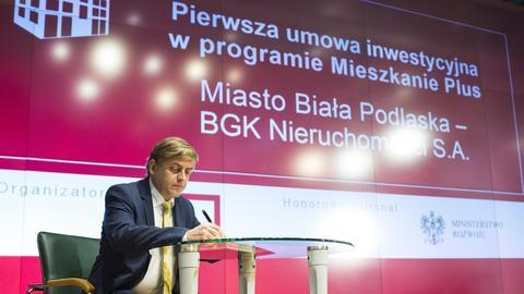 Warszawa. Podpisanie pierwszej umowy inwestycyjnej w programie Mieszkanie Plus. Na zdjęciu prezes zarządu BGK Nieruchomosci - Mirosław Barszcz.