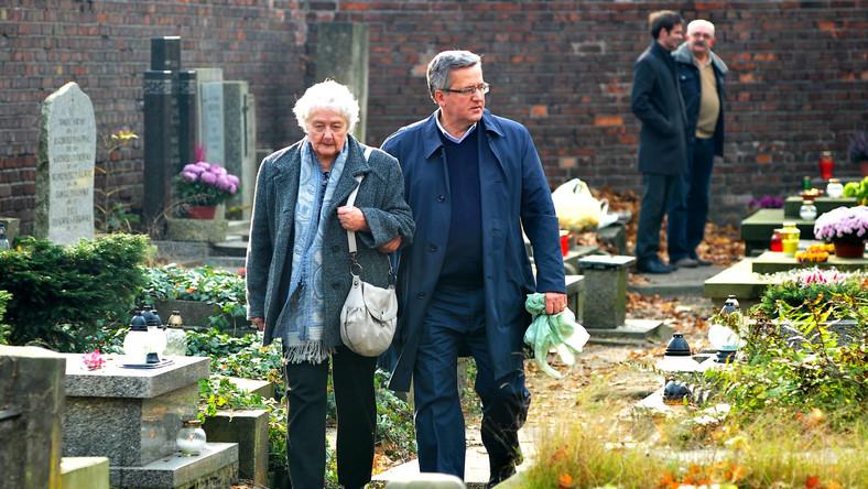 """""""Wszystkich Świętych to święto, w którym w sposób szczególny myśli się o bliskich z własnego kręgu rodzinnego"""" - mówił prezydent dziennikarzowi Informacyjnej Agencji Radiowej, spotkany również na Cmentarzu Północnym. Bronisław Komorowski dodał, że """"jest też aspekt myślenia o tych wielkich, którzy odeszli, a reprezentowali sprawy wspólne, ważnych postaciach"""""""