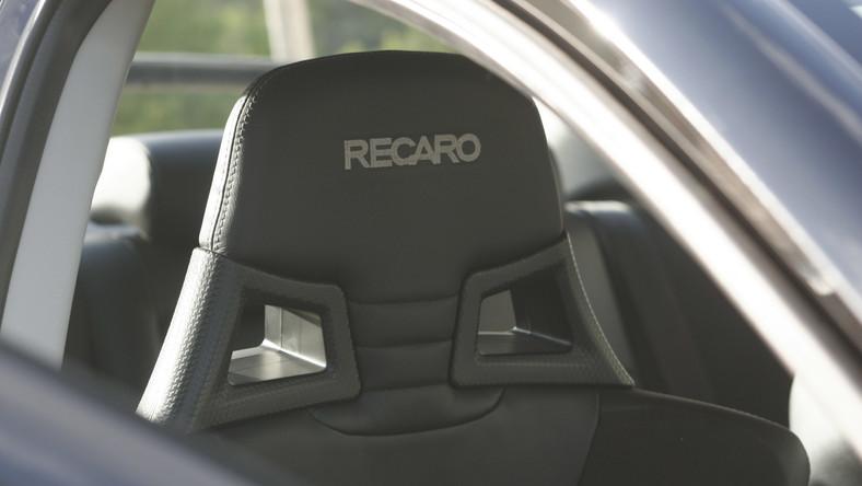 Sportowe siedzenia recaro świetnie trzymają w zakrętach