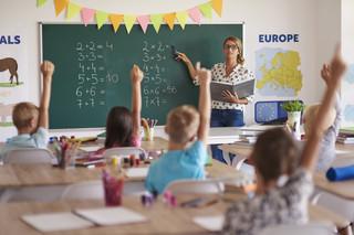 Środki na wynagrodzenia nauczycieli pracujących w szkołach powinny pochodzić z dotacji celowej budżetu państwa. Projekt ZNP przekazany do dalszych prac