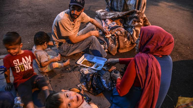 Rodzina uchodźców z Syrii w Diyarbakir w Turcji