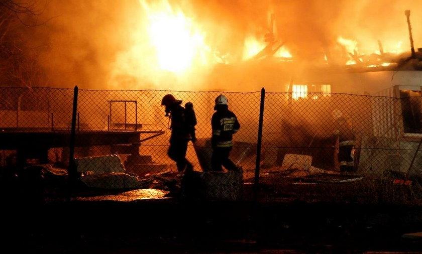 W nocy płonęły magazyny