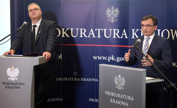 Minister sprawiedliwości Zbigniew Ziobro i zastępca Prokuratora Generalnego Bogdan Święczkowski podczas konferencji prasowej.