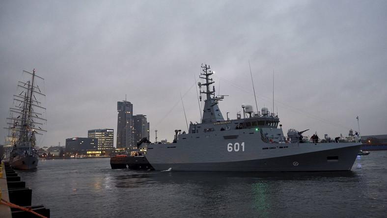 """""""Mieliśmy zaszczyt podnieść banderę na najnowocześniejszym okręcie Marynarki Wojennej otwierając nowy okres w jej historii"""" – powiedział minister na uroczystości wcielenia niszczyciela min """"Kormoran II"""", zorganizowanej w dniu 99. rocznicy odtworzenia polskiej Marynarki Wojennej. """"Marynarka Wojenna była przez wiele lat, z różnych powodów, zaniedbana. Przez wiele lat nie mogła dobić się tego, żeby decydenci rozstrzygnęli, czy chcą ją rozwijać czy nie. Tymczasem zagrożenia, jakie są przed Rzeczpospolitą, rozstrzygają tę sprawę jednoznacznie: Polska musi być na Bałtyku, Polska musi mieć zdolności obronienia się na Bałtyk"""" – dodał minister Macierewicz."""