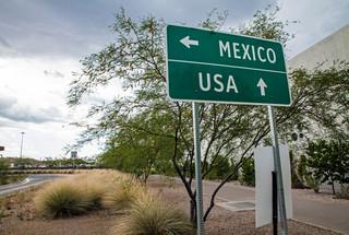 Polityka imigracyjna USA: Na granicy z Meksykiem muru nie będzie. Napisu powitalnego też nie