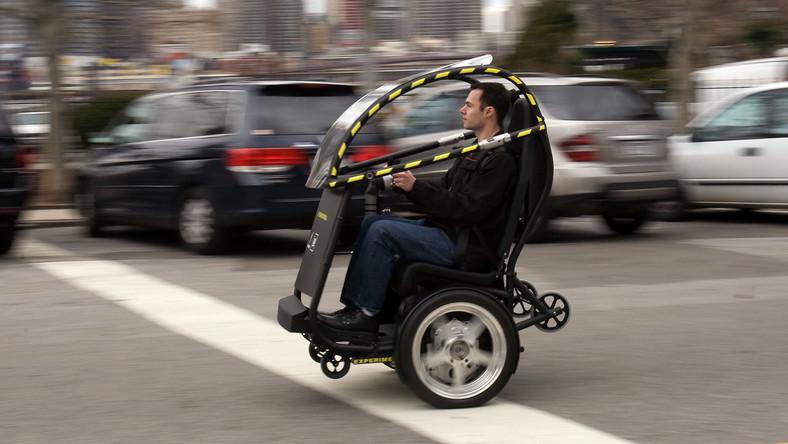 Wehikuł może pędzić niemal 60 km/h, a jedno naładowanie baterii wystarcza na przejechanie prawie 60 km