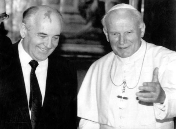 Papież Jan Paweł II podczas spotkania w Watykanie, z Michaiłem Gorbaczowem. 25.02.2002 fot. zuma/newspix.pl