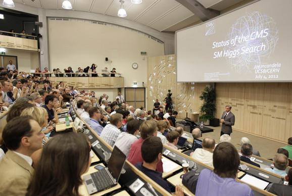 Džo Inkandela se obraća učesnicima seminara u Ženevi