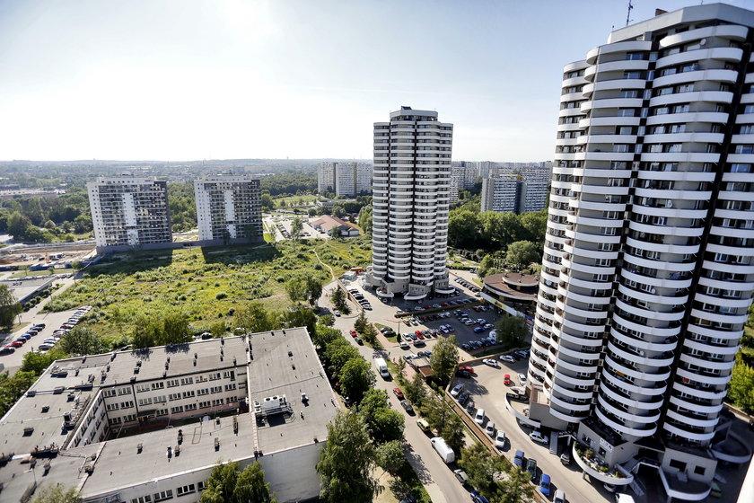 Katowice. Protest mieszkańców osiedla Tysiąclceia przeciwko budowie kolejnych wieżowców