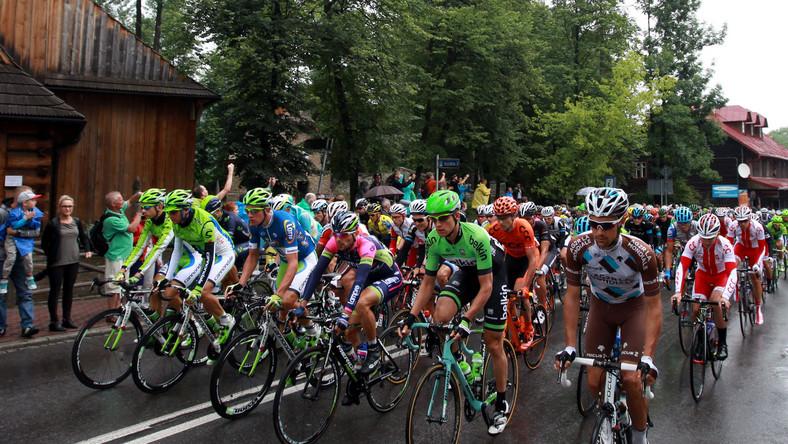 Kolarze na trasie, po starcie do piątego etapu 71. Tour de Pologne, długości 190 km z Zakopanego do Strbskiego Plesa na Słowacji