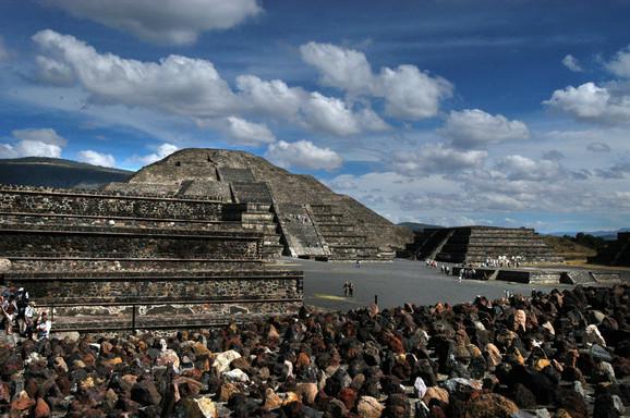 Pogled na piramide u Teotivakanu