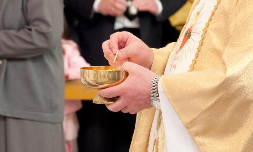 Komunia na rękę. Kościół walczy z żółtaczką