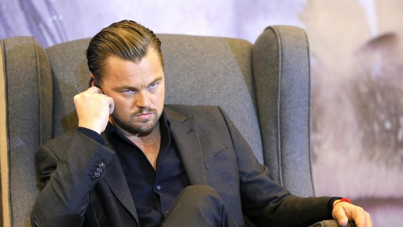 """Furorę ostatnio robi fotomontaż sceny ze """"Zjawy"""". Połowa zdjęcia przedstawia spektakularną walkę odgrywanego przez niego bohatera z niedźwiedziem, a na drugiej widzimy Oscara, którego dumnie dzierży... grizzly. Bo to właśnie o statuetki Akademii Filmowej w tym chodzi. A może raczej o ich brak. Na cztery dotychczasowe nominacje, DiCaprio ani razu nie zdobył Oscara. Ci bardziej przesądni mówią o klątwie, inni o zwykłym pechu, a jeszcze inni bezradnie rozkładają ręce."""