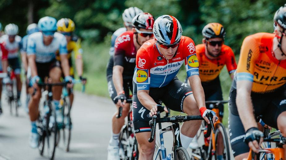 W środku Fabio Jakobsen na trasie pierwszego etapu TdP, jeszcze przed wypadkiem