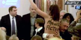 Pokazała piersi podczas konferencji Marine Le Pen