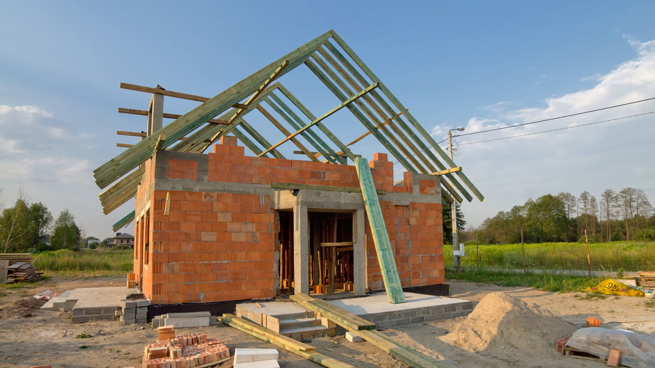 Dom w trakcie budowy - tobisto/stock.adobe.com