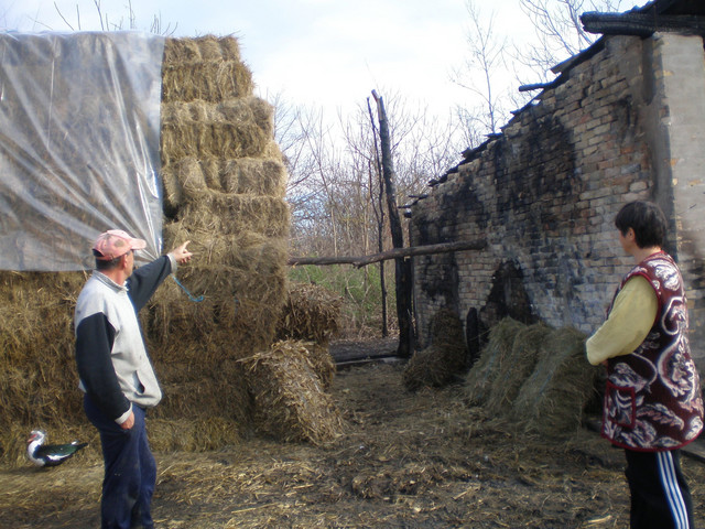 Mira i Petar Beljanski pokazuju zid koji je od vatre delio stoku