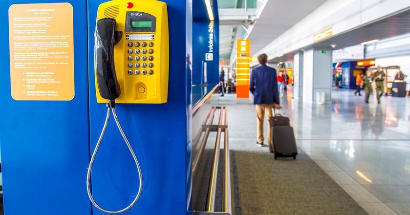 Z żółtych automatów telefonicznych można bezpłatnie dzwonićna krajowe numery stacjonarne i komórkowe. Umożliwiają też szybki kontakt ze służbami lotniskowymi
