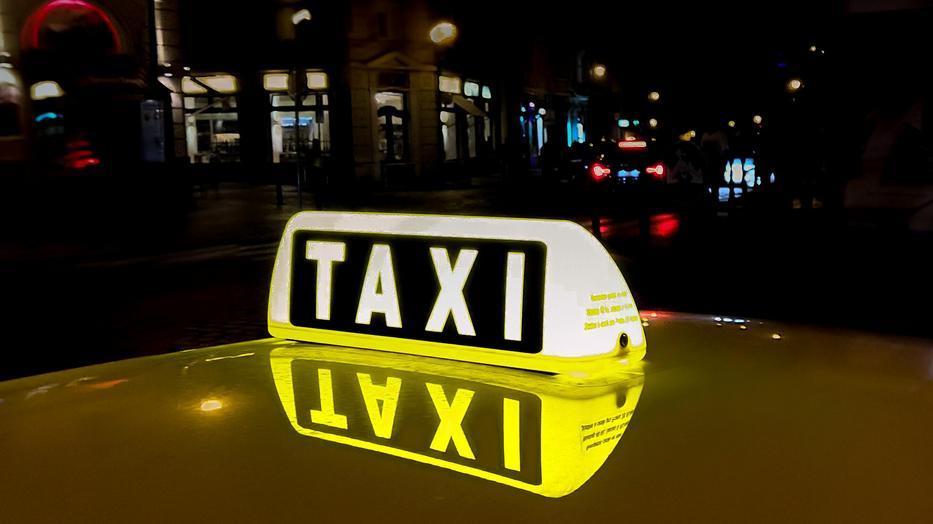 Játékfegyvert fogott a taxisokra, ám a fenyegetőzésért a kezén már igazi bilincs kattant