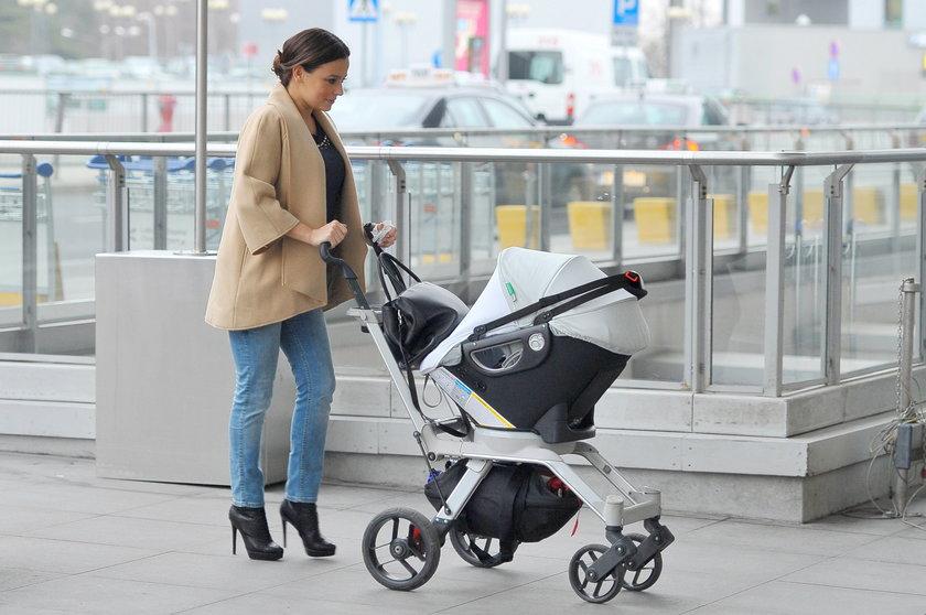 Anna Mucha z dzieckiem na lotnisku