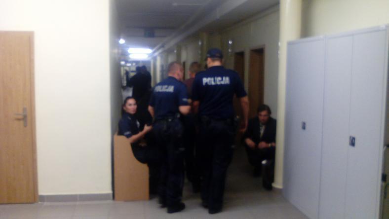 Jeden z zatrzymanych policjantów w sprawie morderstwa Iwony Cygan prowadzony przez sądowe korytarze