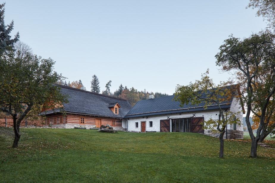 Przebudowa starej chaty na wsi. Odmienili też stodołę