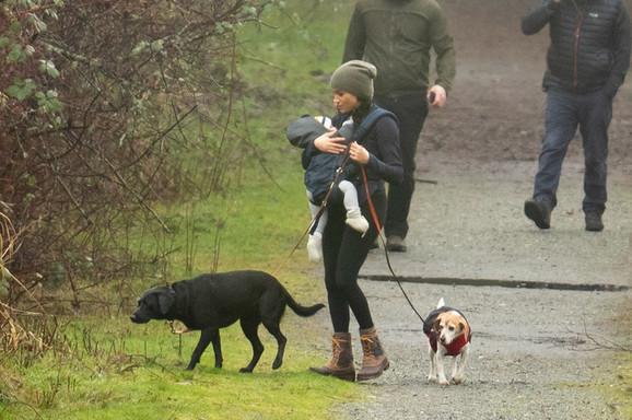 """""""Kako to nosi NAŠEG PRINCA?"""" Megan je fotografisana u šetnji sa Arčijem i ljudi kažu da VEĆ 8 MESECI NE MOŽE DA NAUČI OVO"""