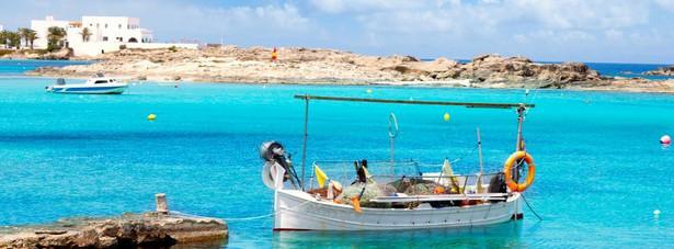 Formentera – jest jedną z wysp należących do Balearów. Jej większe siostry: Majorka, Minorka i Ibiza są dobrze znane polskim turystom. W 2013 roku przyjdzie kolej na poznanie Formentery, która jest określana ostatnim śródziemnomorskim rajem. Formentera zachwyca turystów krystaliczną wodą oraz pięknymi plażami. Bogata fauna i flora przybrzeżnych wód jest unikatem na skalę europejską, w 1999 r. została wpisana na Listę Światowego Dziedzictwa UNESCO. W katalogu biura podróży Itaka na sezon Lato 2013 klienci mogą wybrać zakwaterowanie w jednym z trzech hoteli położonych na Formenterze. Ceny tygodniowych wakacji z dwoma posiłkami zaczynają się od 2355 złotych.
